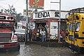 Coban lluvia tienda y autobuses.jpg