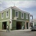 Collectie Nationaal Museum van Wereldculturen TM-20029611 Bar in de Nassaustraat Oranjestad -Aruba Boy Lawson (Fotograaf).jpg