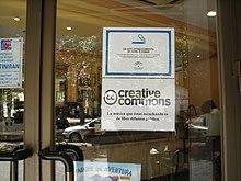 Cartello sulla vetrina di un ristorante di Granada nel quale viene riprodotta solo musica disponibile con Licenze Creative Commons.