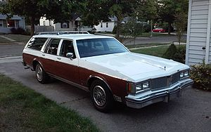 Oldsmobile Custom Cruiser - Image: Custom Cruiser Front