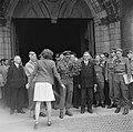 De prins in Delft, bij het verlaten van de Grote Kerk waar hij een krans legde o, Bestanddeelnr 900-4752.jpg