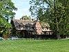 foto van Langgerekt landhuis met garage in de Engelse landhuisstijl