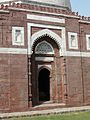 Details of the entrance to the mausoleum of Ghiyath al-Din Tughluq.jpg
