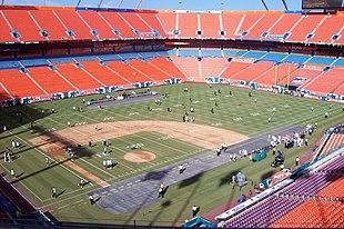 Il Sun Life Stadium di Miami, un evidente esempio di impianto sportivo polivalente con il rettangolo di gioco adibito per il football americano e il diamante di baseball confinato in un angolo