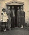 Dora Carrington, Ralph Partridge, Lytton Strachey, Oliver Strachey, Frances Partridge (1923).png