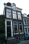 foto van Lodewijk XV lijstgevel voor huis van souterrain, parterre en verdieping