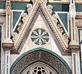 Duomo di firenze, medaglioni intarsiati in marmi nei timpani delle finestre sui fianchi 02.JPG