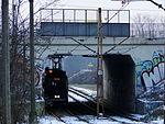 E1 tram entering Kopiec Wandy track loop, 2016.JPG