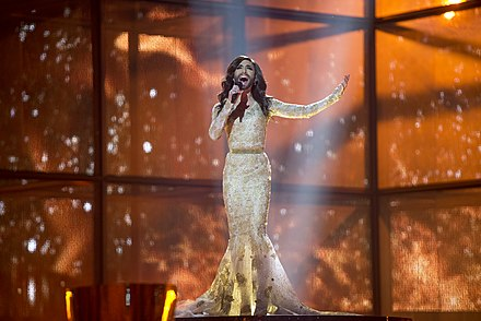 Conchita Wurst interprétant Rise Like a Phoenix en répétition (2014).