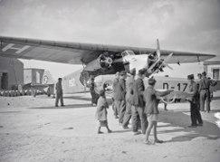 ETH-BIB-Fokker und Elly Beinhorns Flugzeug, eine Klemm Kl 26, in Kap Juby-Tschadseeflug 1930-31-LBS MH02-08-1074.tif
