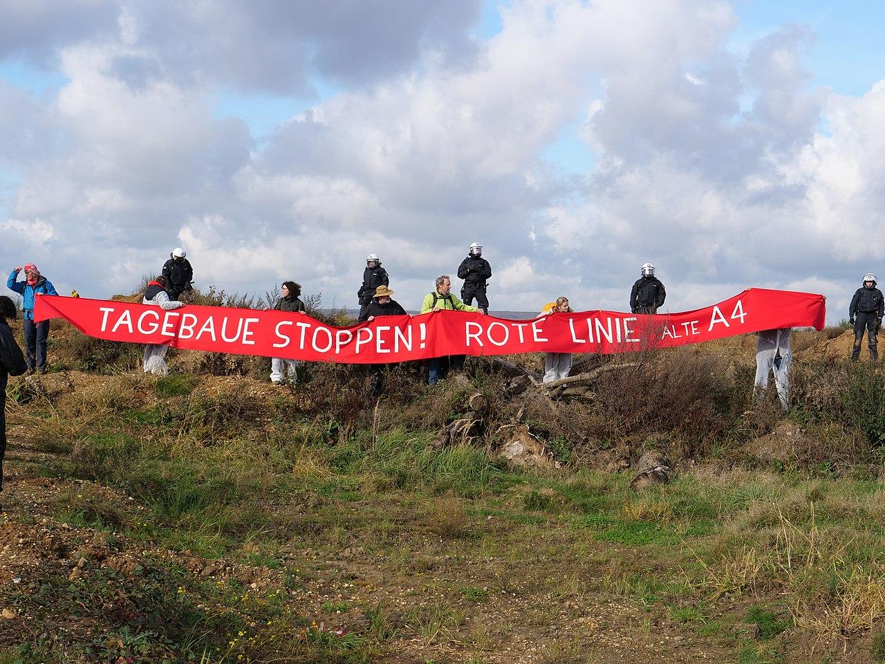 Ende Gelände November 2017 - Activists holding Redline.jpg