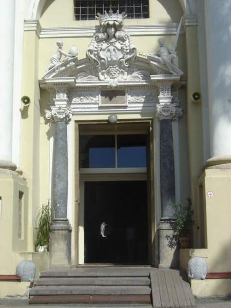 Vaizdas:Entrance to St. Peter and St. Paul's Church in Vilnius.jpg