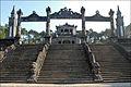 Escalier vers la cour dhonneur (Tombeau de Khai Dinh) (4378235391).jpg
