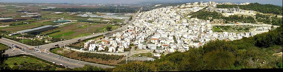 צומת פוריידיס, והכפר שעל-שמו נקרא הצומת, במפגש עם כביש 4, מבט מדרום מזרח