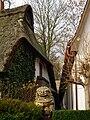 Fernöstliche Skulptur Reetdachhaus.JPG