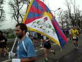 Flaga tybetu na maratonu (8742115792).jpg