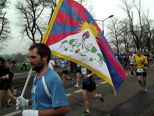 https://upload.wikimedia.org/wikipedia/commons/thumb/8/8b/Flaga_tybetu_na_maratonu_%288742115792%29.jpg/640px-Flaga_tybetu_na_maratonu_%288742115792%29.jpg