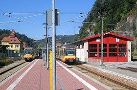 Blick über den Mittelbahnsteig 2/3 und auf die Abstellhalle