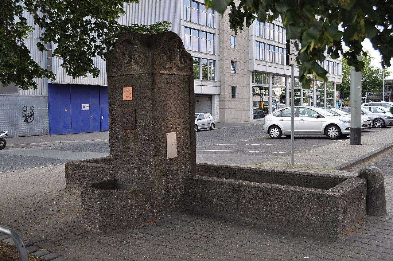 Bild: https://upload.wikimedia.org/wikipedia/commons/thumb/8/8b/Frankfurt%2C_Osthafen-Brunnen_%281%29.JPG/1280px-Frankfurt%2C_Osthafen-Brunnen_%281%29.JPG