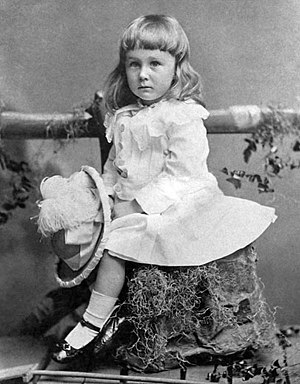 긴 머리와 드레스를 두 살 짜리아이의 사진