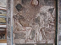 Bassorilievo proveniente da Tell el Amarna. Visibile la rappresentazione di Aton come sole raggiato. Museo del Cairo