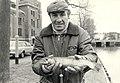 Gerrit van der Kuyl met zijn gevangen Forel, gevangen in de Leidsevaart ter hoogte van de Stadsschouwburg. Aangekocht in 1983 van United Photos de Boer bv. - Negatiefnummer 22833 k 9. - Gepu, NL-HlmNHA 54013834.JPG