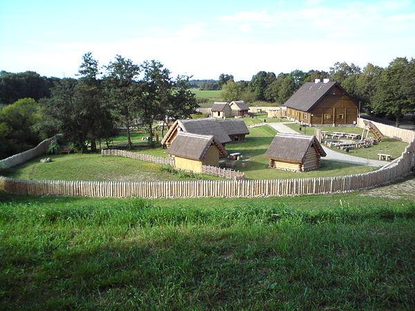 Giecz - osada edukacyjna. Fot. Wikipek, lic. CC BY-SA 3.0.