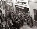 Gneča pred trgovino Borovo v Gosposki ulici v Mariboru 1955.jpg