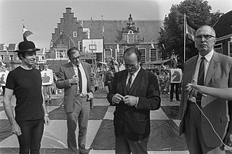 Godfried Bomans - Godfried Bomans and Max Euwe play a game of chess with living pieces, 29 August 1970 on Doelenplein, Haarlem (currently location of Haarlem Public Library)