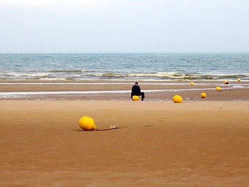 Grande solitude sur cette grande plage face à la mer.jpg