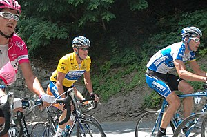 George Hincapie assisting Lance Armstrong in t...