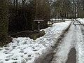 Historischer Brunnen Wanderweg Markierung Serach.JPG
