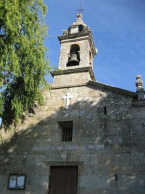 https://upload.wikimedia.org/wikipedia/commons/thumb/8/8b/Igrexa_parroquial_de_Queiruga%2C_Porto_do_Son%2C_Galicia_%28Spain%29.jpg/300px-Igrexa_parroquial_de_Queiruga%2C_Porto_do_Son%2C_Galicia_%28Spain%29.jpg