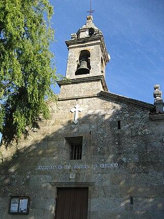http://upload.wikimedia.org/wikipedia/commons/thumb/8/8b/Igrexa_parroquial_de_Queiruga%2C_Porto_do_Son%2C_Galicia_%28Spain%29.jpg/320px-Igrexa_parroquial_de_Queiruga%2C_Porto_do_Son%2C_Galicia_%28Spain%29.jpg
