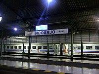 Inside Stasiun Sidoarjo At Night (Station Platforms).jpg