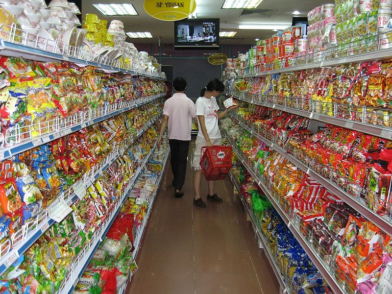 Rayon des nouilles instantannées dans un supermarché àHo Chi Min Ville, au Vietnam. Source : Kham Tran/Wikipédia