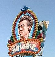 Portrait de James Dean près d'un commerce aux États-Unis