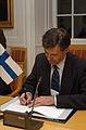 Jan-Erik Enestam, samarbetsminister och miljominister Finland, undertecknar ett nytt nordiskt cpr-avtal.jpg
