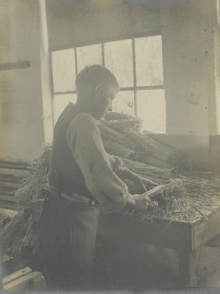 File:Jongen in strofabriek - Boy cutting straw at Dutch Straw Works (5831694958).jpg