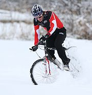 Kai Reus at his bike in the snow.jpg