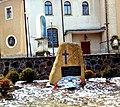 Kamienna Góra, plac przed kościołem pw. Matki Bożej Różańcowej. Obelisk upamiętniający ofiary faszyzmu niemieckiego,20180219 114126.jpg