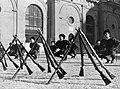 Kniebuigingen uitgevoerd door het peloton in excercitie-tenue met op de voorgron, Bestanddeelnr 191-1313.jpg