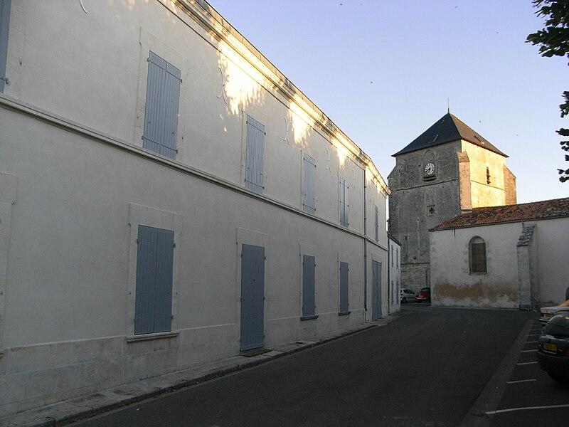 Église Sainte-Madeleine (au fond), commune de La Jarrie en Charente-Maritime (France).