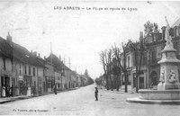 Les Abrets, la place et route de Lyon en 1920, p 4 de L'Isère les 533 communes - photo F. Vialatte, Oyonnax.tiff