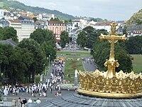 LOURDES 11 FEBBRAIO 1850-2010 : 150 ANNI DALL'APPARIZIONE DELLA VERGINE A BERNADETTE 200px-LourdesProcessAmmal