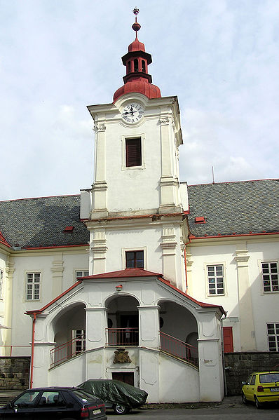 File:Luhacovice zamek.JPG