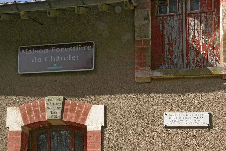 Plaque aux F.F.I. du maquis de Varennes sur la maison forestière du Chatelet en forêt domaniale de Marcilly-Voisey