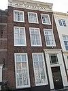 foto van Huis met rechte gevel, kroonlijst, gesneden consoles