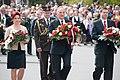 Ministru prezidents Valdis Dombrovskis noliek ziedus pie Brīvības pieminekļa (6995589152).jpg
