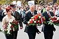 Ministru prezidents Valdis Dombrovskis noliek ziedus pie Brīvības pieminekļa (7141677637).jpg